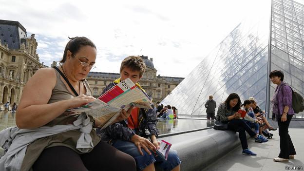 туристы с картой в Париже