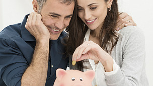 Молодая пара начинает копить деньги