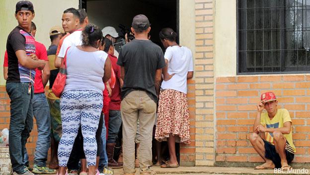 Personas hacen fila para examen de malaria