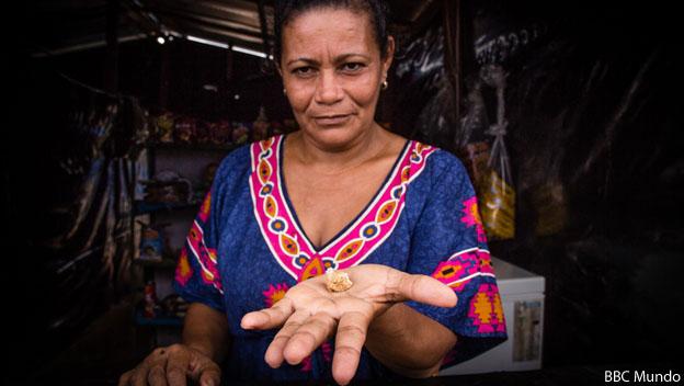 Mujer con piedra de oro