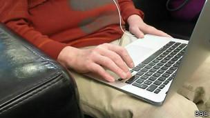 Cegos jogando videogame. Foto: BBC