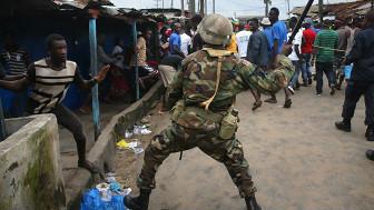 Policía enfrentando a manifestante en Liberia
