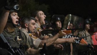 Agentes de policía armados