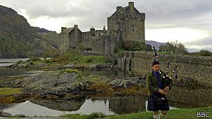 Gaitero en el castillo de Eilean Donan