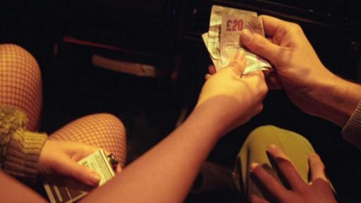 Một người đàn ông trả tiền cho một phụ nữ