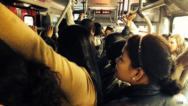 """Vagón del Transmilenio durante la """"hora pico""""."""