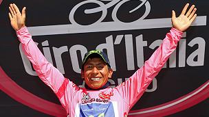 Nairo Quintana sosteniendo el trofeo de campeón del giro