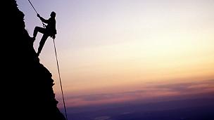Альпинист покоряет вершину