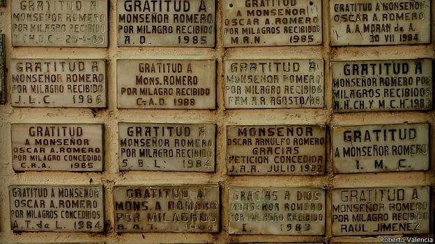 La devoción hacia 'San Romero de América' comenzó en los ochenta, en plena guerra civil, como demuestran estas placas en las que salvadoreños anónimos le agradecían por algún milagro recibido.
