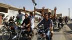 População comemora tomada de base aére em Tabqa (foto: Reuters)