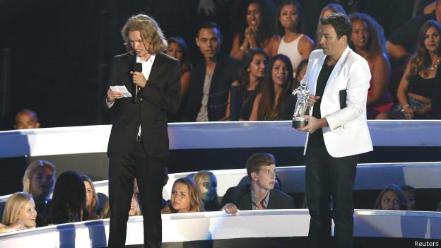 Un indigente recoge el premio MTV de Miley Cyrus
