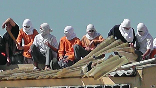 Detentos rebelados no telehado de prisão no Paraná (foto: AFP)