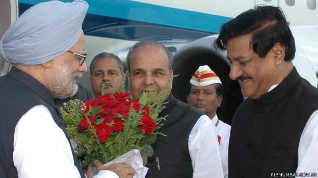 मनमोहन सिंह और पृथ्वीराज चौहान के साथ के शंकरनारायण (बीच में)