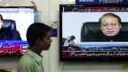 پاکستان میں ایک شخض ٹی وی دیکھ رہا ہے