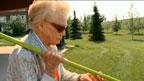 Florence Storch treina com a ajuda do filho, Ed, e de uma amiga (BBC)