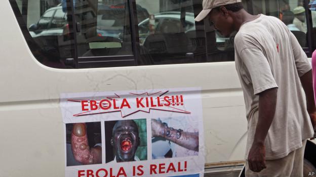 Homem observa cartaz advertindo sobre o ebola na Libéria (AP)