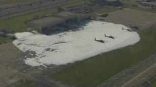 Teste de incêndio dá errado e helicópteros acabam cobertos por espuma