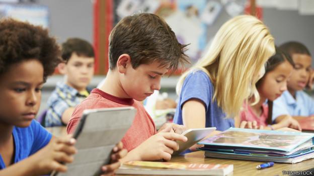 Crianças com iPad na sala de aula. Foto: Thinkstock
