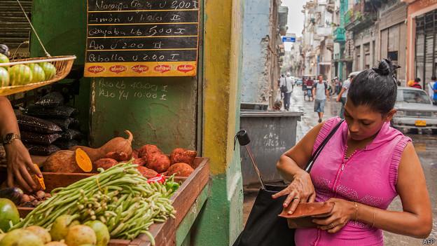 Capitalismo en Cuba, privatizaciones, economía estatal, inversiones de capital internacional. - Página 4 140828120513_cuba_compra_624x351_afp