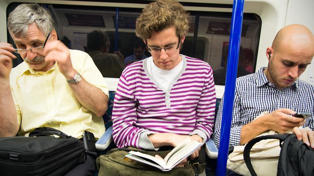 किताब पढ़ते लोग