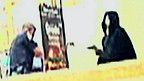 رسمة يظهر بها لص مقابل شرطي
