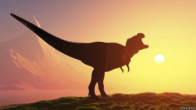 Силуэт динозавра на закате солнца