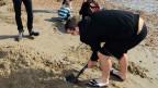 Personas excavan en busca de lingotes de oro