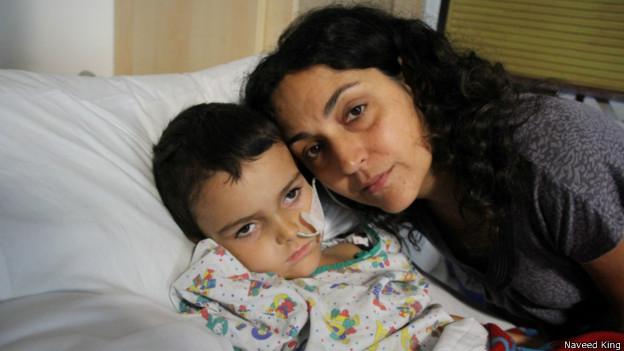 臉書上有一張5歲的阿什亞和母親Naghemeh在一起的照片。