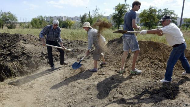 Мариупольцы помогают копать траншеи военным