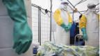 Médicos em treinamento para tratar o ebola, na Bélgica, em 26 de agosto (AP)