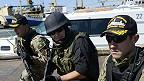 Personal de seguridad marítima en Mariupol
