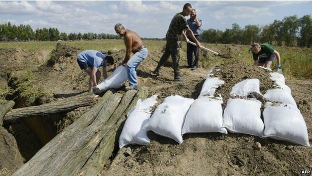 Жители Мариуполя копают траншеи
