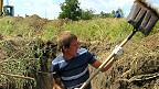 Un voluntario cava trincheras para defender la localidad de Mariupol, en el este de Ucrania