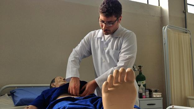 Edward Jean Lirani, cursando enfermagem no Pronatec | Crédito: BBC Brasil