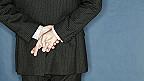 Hombre cruzando los dedos de espalda
