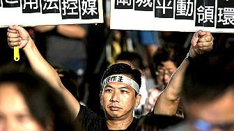 Manifestantes con pancartas durante las protestas en Honk Kong