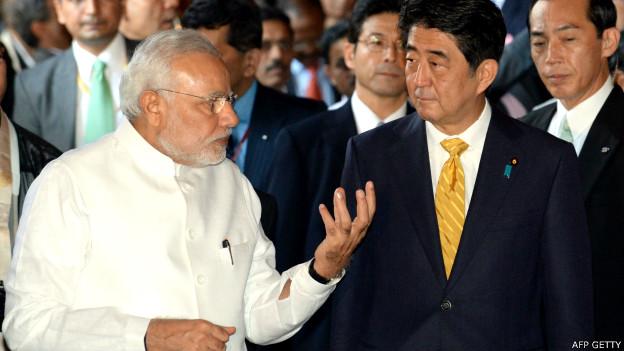 भारत के प्रधानमंत्री नरेंद्र मोदी जापान के प्रधानमंत्री शिंज़ो आबे के साथ
