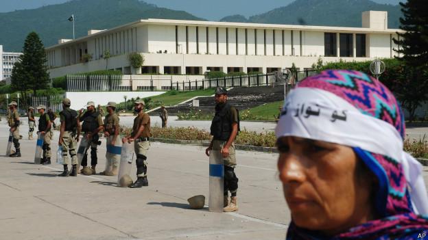 संसद की सुरक्षा करते अर्ध सैनिक बल