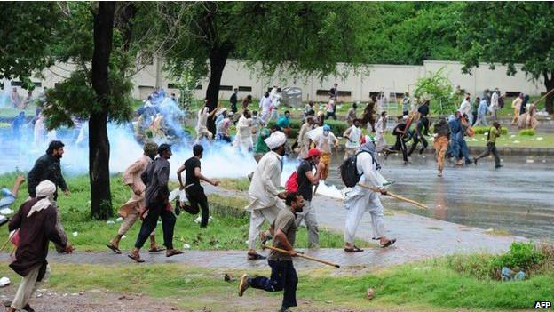 पाकिस्तान में प्रदर्शन जारी