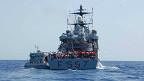 Barco de la Marina italiana con inmigrantes rescatados