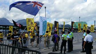 民主派揮舞著英治時期的香港旗朝親北京示威者叫喊(BBC中文網圖片1/9/2014)