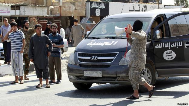 Miembro de Estado Islámico le comunica a la población de Taqba, Siria, que la base aérea local cayó en sus manos.