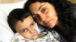 Ashya junto a su madre, Naghemed King
