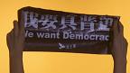 """香港政改决议简介会现场民主派人士举起抗议标语""""我要真普选""""(1/9/2014)"""