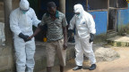 Paciente recebe tratamento do ebola / Crédito: Getty