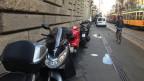 Lambretas estacionadas em local proibido na Itália. Credito: BBC