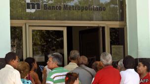 Capitalismo en Cuba, privatizaciones, economía estatal, inversiones de capital internacional. - Página 4 140904115213_cuba_banco_304x171_afp