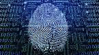 Huella digital sobre código binario.