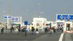 Migrantes tentam entrar em porto de Calais | Foto: BBC