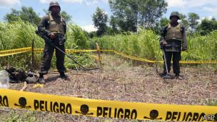 Soldados nicaragüenses protegen el área del impacto